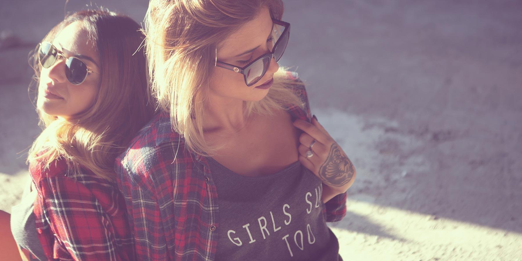 Ragazze con occhiali da sole, camicie scozzesi e canotte grigie Costa Est