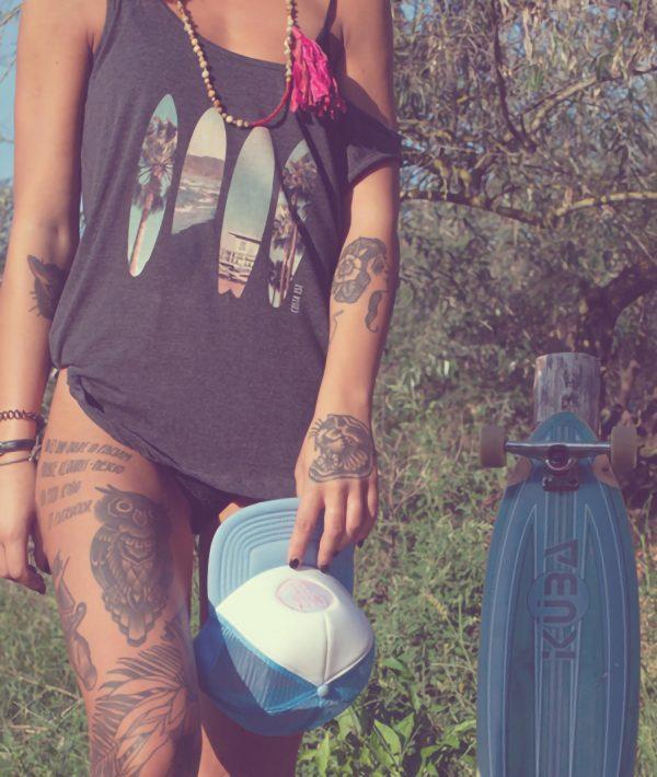 Ragazza con canotta grigia con stampa Palme e cappello con visiera Costa Est Beachwear