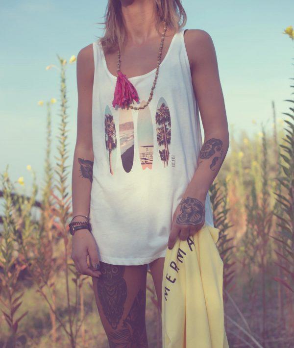Ragazza con canotta bianca con stampa Palme Costa Est Beachwear