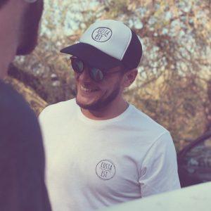 Ragazzo con t-shirt bianca e berretto con visiera nero Costa Est Beachwear