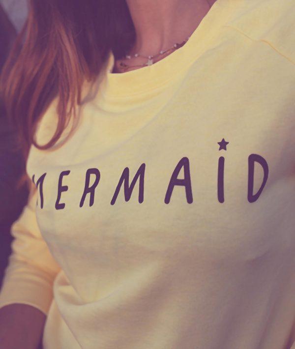 Ragazza con felpa gialla Mermaid
