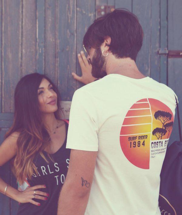 Ragazzo con t-shirt con stampa sulla schiena Surf Rider 1984 color bianco vintage, ragazza con canotta Girls Surf Too