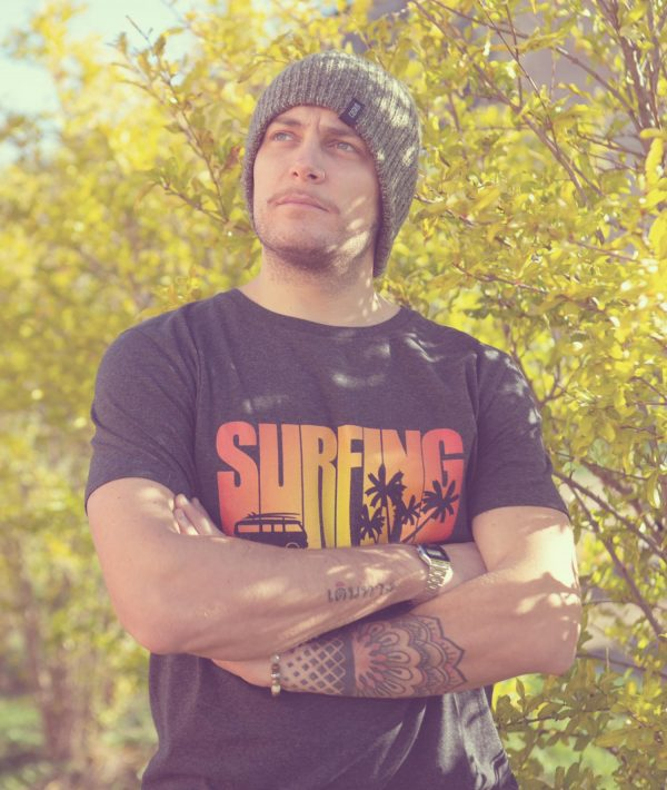 Ragazzo con t-shirt grigio antracite Surfing e berretto benie Costa Est