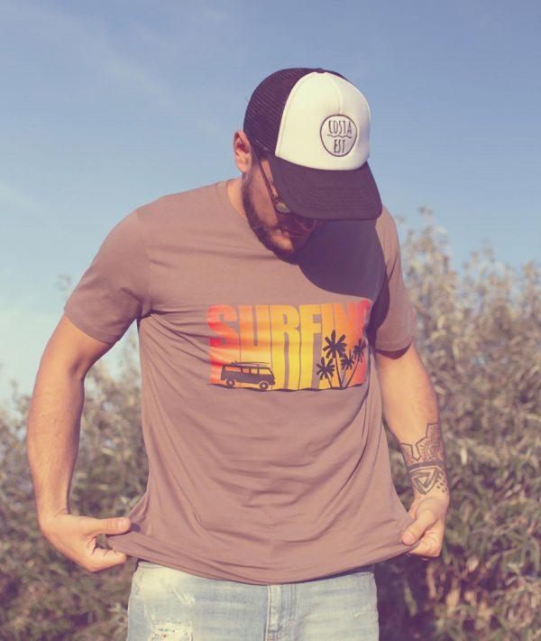 Ragazzo con t-shirt marrone Surfing e berretto baseball bianco nero Costa Est